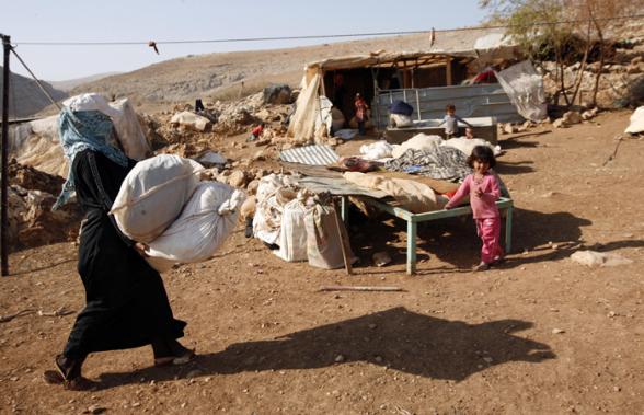 תושבי אל מליח מפנים את בתיהם לטובת תרגיל צבאי, 9 בנובמבר 2012. צילום: איימן נובאנה