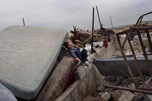 מדינת ישראל הרסה שני בתים וזרקה לרחוב 30 איש. 5 בפברואר 2013. צילום: WAFA
