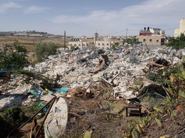 מדינת ישראל הרסה שתי דירות של משפחת אל-סלאימה וזרקה 13 איש לרחוב. בית חנינא, מזרח ירושלים, 29 למאי 2013. צילום: לזאר סימיינוב