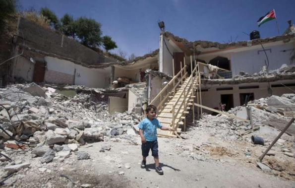 מדינת ישראל הרסה שני בתים וזרקה לרחוב חמש משפחות. ג'בל מוכאבר, מזרח ירושלים, 21 למאי 2013. צילום: אחמד ג'רבלי, AFP