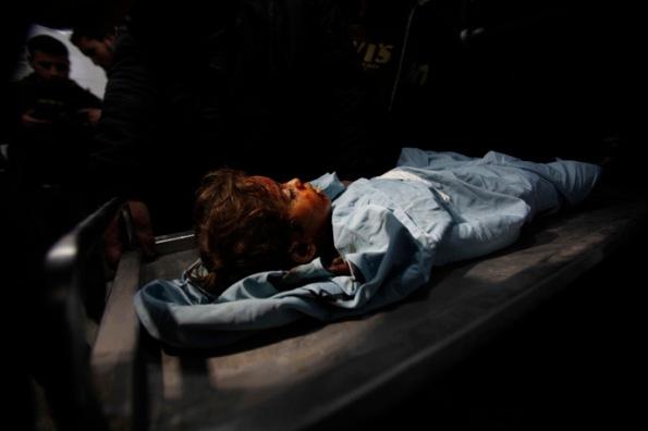על פי הדיווחים הפלסטיניים, לילדה הזאת קוראים חאלה בחיירי. יש פלסטינים שחושבים שהיא בת 3 ויש פלסטינים שחושבים שהיא בת 4. לגירסתם של הפלסטינים, הילדה שבתמונה מתה. צילום: רויטרס/איברהים אבו-מוסטפא