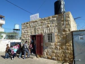 בבית הספר הזעיר בנבי סמואל לומדים 10 תלמידים בלבד. אסור להוסיף חדר, אסור להרחיב; 40 תלמידים נוספים נאלצים לנסוע כל יום לכפרים אחרים בסביבה. צילום: EAPPI