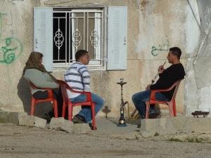 שלושה אין-תושבים יושבים מחוץ לאין-בית שלהם בנבי סמואל. צילום: EAPPI