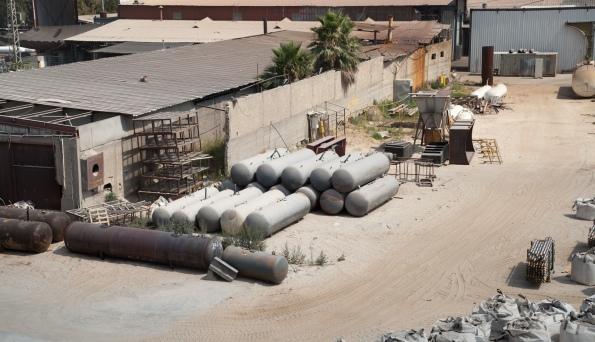 מכלי גז כמו אלה פזורים בשטחם של כמה מפעלים באזור התעשייה. צילום: אורי פינר
