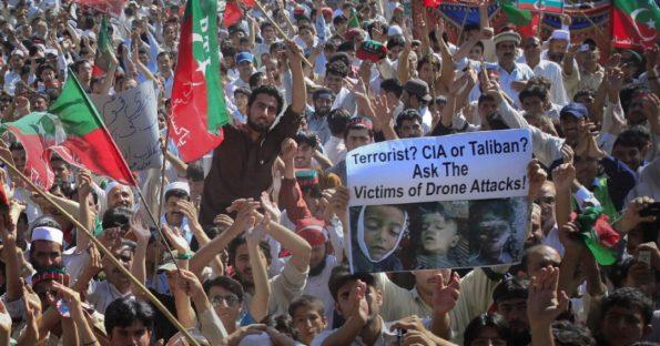 """הפגנה נגד תקיפות המל""""טים האמריקאיות בפשוואר, פקיסטן, אפריל 2011. צילום: רויטרס"""