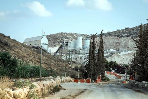 """מחצבת נחל רבה, בבעלות """"הנסון ישראל"""" (תאגיד היידלברג). צילום: HRW"""