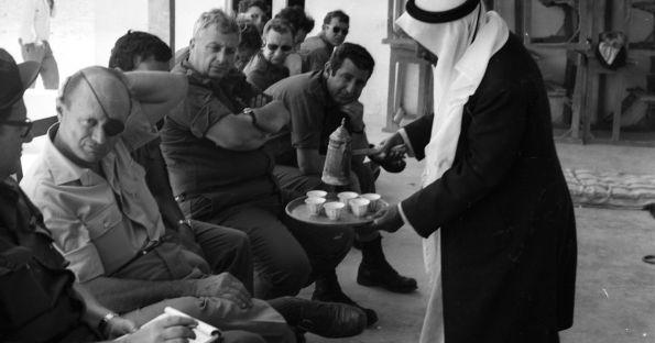 שר הביטחון דיין ואלוף פיקוד הדרום, אריאל שרון, בביקור ביישוב בדואי ליד אל-עריש, תחילת שנות ה-70'.