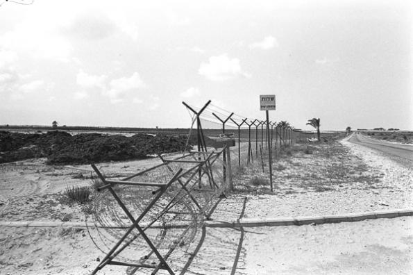 """גידור בפתחת רפיח, אפריל 1972. צילום: משה מילנר, לע""""ם"""