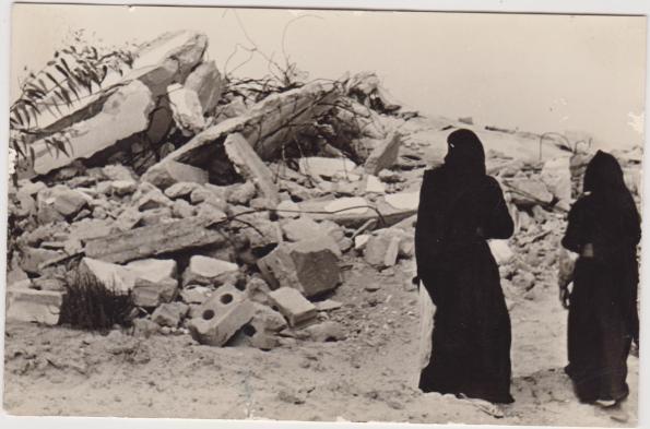 נשים מחמולת אבו חילו לצד ביתן ההרוס.