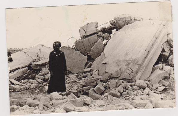 סלמן אברהים אבו חילו לצד ביתו ההרוס.
